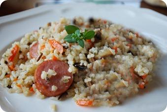 рис с копчеными колбасками
