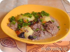 Говядина с черносливом и паровым картофелем в мультиварке