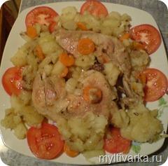 kuritca-s-kartofelem-i-pomidorami-v-multivarke