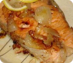Рыба на луковой подушке в мультиварке