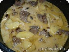 Тушёная свинина с картофелем и орехами в мультиварке
